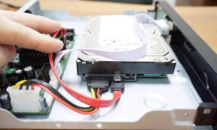 Как установить жесткий диск в видеорегистратор?